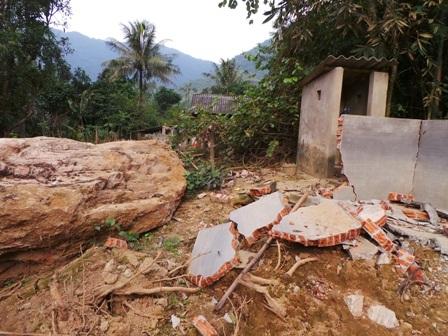Những tảng đá nặng hàng chục tấn lăn xuống ngay cạnh nhà dân.