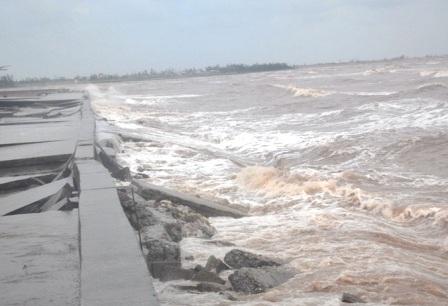 Sóng biển đang cao dần lên tại khu vực có để biển hư hỏng.