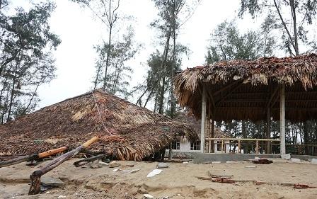 Hàng quán ven biển Sầm Sơn đã dọn dẹp hàng quán.