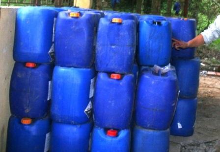 Các chất thải nguy hại được đơn vị thi công đóng gói cận thận.
