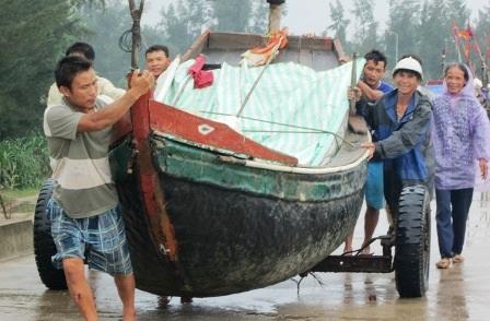 Ngư dân Tĩnh Gia đưa thuyền vào bờ tránh bão.