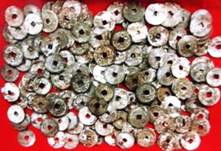 Những đồng tiền cổ được cho là tiền thời Nguyễn được gia đình bà Lòng tìm thấy khi đào móng nhà.