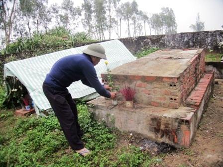 Ngôi mộ thứ 3 đang được tiến hành chôn cất xác các thai nhi.