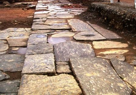 Nền gạch mới được phát hiện tại Gò Ngục cách Hoàng thành về phía Tây - Nam 150m.