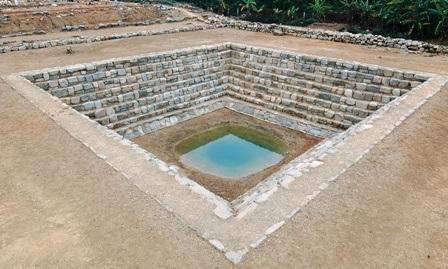 Giếng vua, được phát hiện năm 2009, tại khu vực đàn tế Nam Giao, cách Thành nhà Hồ khoảng 2km.