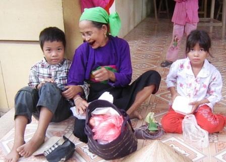 Bà Mu đã tiếp bước cho những đứa cháu tội nghiệp của mình được đến trường học chữ.