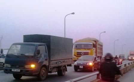 Giao thông trên cầu Tân Đệ bị ách tắc vì vụ tai nạn.