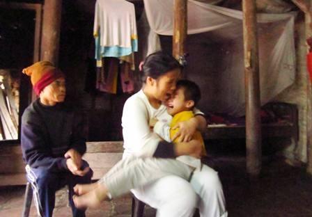 Chị Tống Thị Gái chỉ biết ôm con khóc mỗi khi con lên cơn đau đớn trong những ngày trở trời.