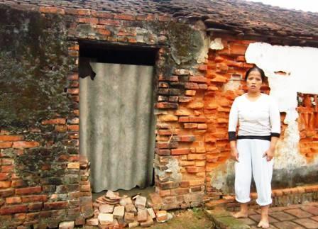Ngôi nhà đã bị bong tróc là tài sản duy nhất của gia đình chị.