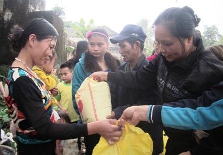Người dân thuyền chài nhận gạo, bánh chưng...