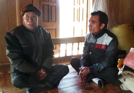 Cụ Vi Văn Oăn chia sẻ với phóng viên về những nét văn hóa đặc sắc của vùng đất Mường Xia xưa kia.
