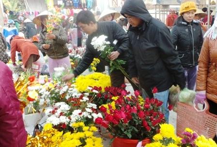 Người dân mua hoa, vàng mã.