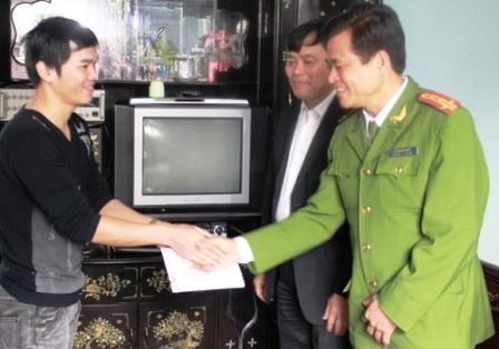 Ông Nguyễn Xuân Phi và Đại tá Lê Văn Nghiêm trao thưởng tới anh Đỗ Khắc Hưng.