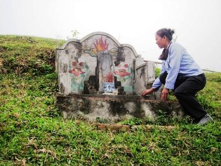 Ngôi mộ chàng Cống Sinh nằm ngay trên tường thành nơi ông bị chôn xác.