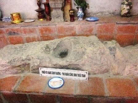 Phiến đá kỳ lạ in dấu đầu và đôi bàn tay nàng Bình Khương được thờ trong đền.