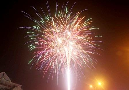 Hàng nghìn người dân chiêm ngưỡng pháo hoa tại TP Phủ Lý, tỉnh Hà Nam.