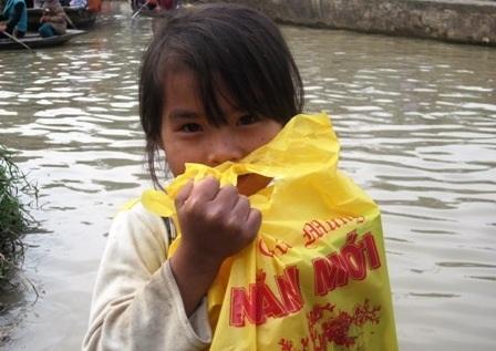Nhiều em nhỏ sau nhận được quà Tết luôn cầm trên tay.