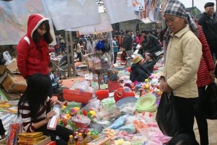 Những đứa trẻ được bố mẹ cho đi chợ và mua quà