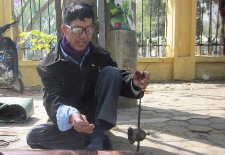Tiếng đàn bầu của ông Sang vang lên từ góc phố khiến nhiều người nghe cũng phải nao lòng.
