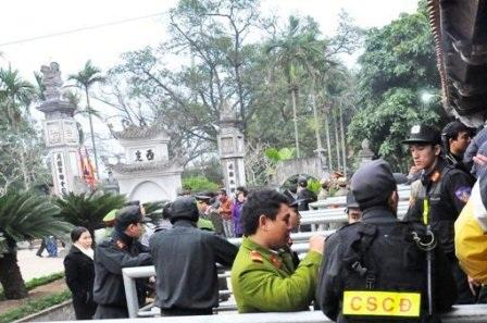 Lực lượng chức năng bảo vệ tại các điểm phát ấn.