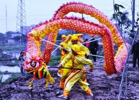 """Đội múa rồng tại lễ """"rước nước, tế cá""""."""