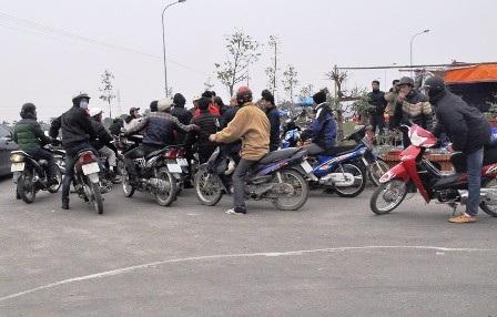 Mỗi khi có khách, đội quân xe ôm lao vào tranh giành nhau.