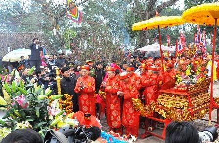 """Làm lễ """"rước nước, tế cá"""" tại đền Thiên Trường."""