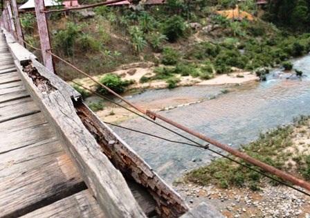 Các thanh gỗ và dây cáp chống rung dọc hai bên cầu treo xã Tam Lư, huyện Quan Sơn đã bị xuống cấp.
