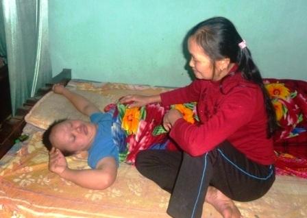 Một mình bà gồng gánh cả gia đình bệnh tật trên vai.