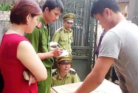 Đối tượng Nguyễn Thị Thu Hương (áo đỏ) khai báo với cơ quan Công an.