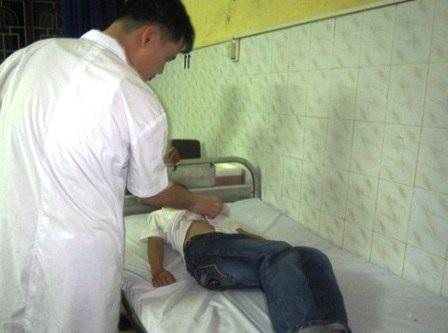 Bác sỹ đang thăm khám cho học sinh tại BV Đa khoa tỉnh Nam Định.