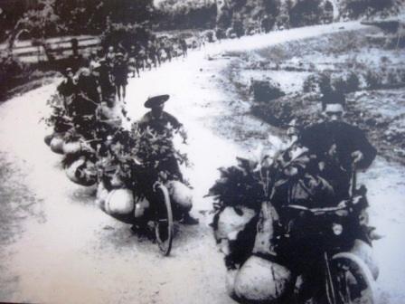 Đoàn dân công Thanh Hóa vận chuyển lương thực bằng xe đạp thồ tiếp tế cho Điện Biên Phủ năm 1954.