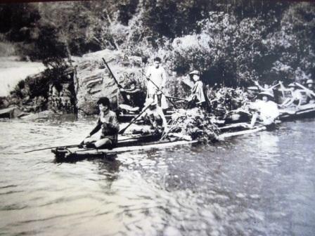 Dân công Thanh Hóa băng rừng tiếp tế lương thực.