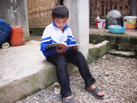 Cuộc sống của những trẻ em nghèo nơi đây vô cùng khó khăn, con đường đến trường cũng bấp bênh.