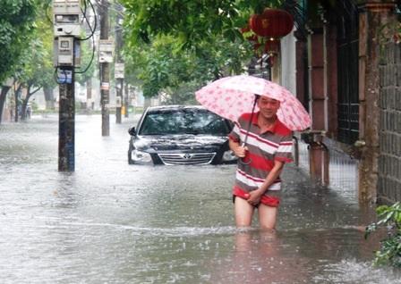 Nhiều tuyến phố trên thành phố Phủ Lý bị ngập úng.
