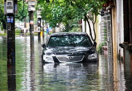 Nước ngập đến nửa xe ô tô.