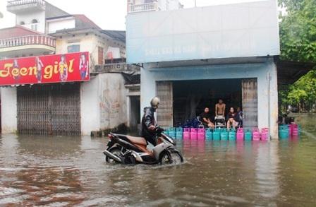 Dùng bình ga chặn nước trên tuyến đường Nguyễn Văn Trỗi.