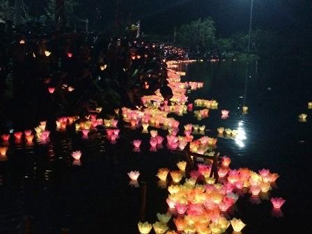 Đèn hoa đăng rực sáng sông Sào Khê.