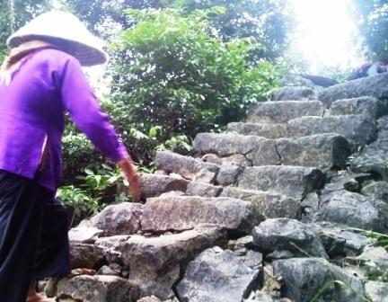 Đã 89 tuổi, nhưng cụ Sửu vẫn vươt qua 265 bậc thang để lên đỉnh Mã Yên Sơn mỗi ngày.