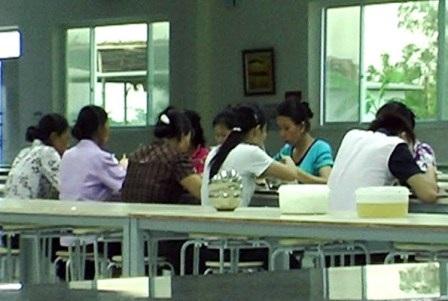 Các công nhân ăn chiều tại nhà ăn công ty Mcnex ngày 19/5