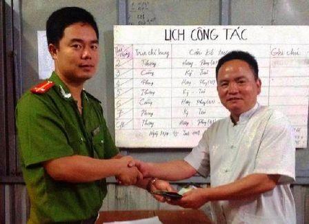 Trung úy Nguyễn Minh Phong trao trả lại tài sản cho chủ nhân.
