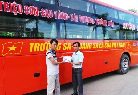 Thầy Lê Văn Vinh - Hiệu phó phụ trách trường THPT chuyên Lam Sơn chuyển số tiền