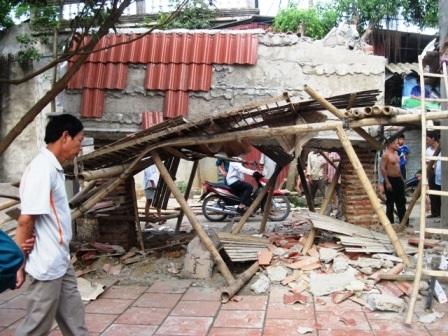 Tấm bê tông mái cổng bị sập khiến anh Phong tử vong ngay tại chỗ.