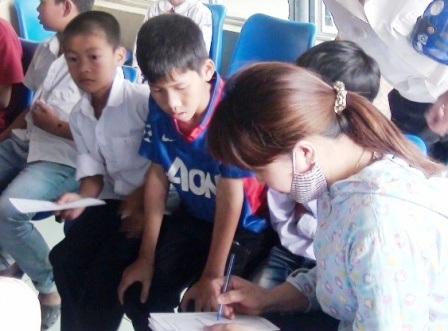 Các học sinh kiểm tra sức khỏe tại bệnh viện sau khi có biểu hiện bất thường.