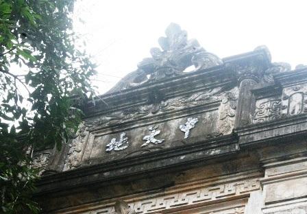 Biệt thự mang kiến trúc phương Tây nhưng có ghi chữ Nho trước nhà