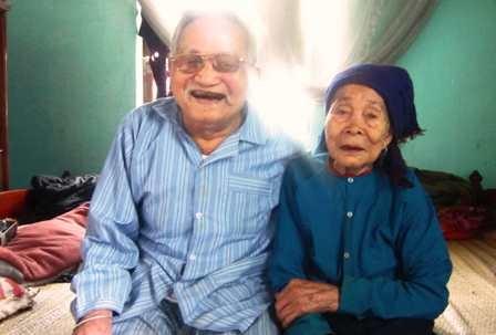 Hai vợ chồng già sống hạnh phúc bên nhau.