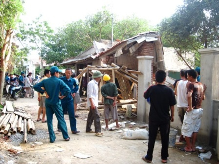 Nhiều đồng nghiệp của anh Phong bàng hoàng trước vụ tai nạn.