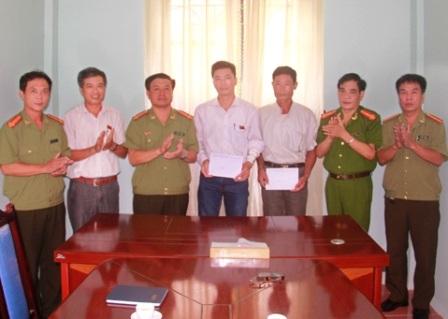 Anh Dương Duy Tuệ (bìa trái) và anh Lê Văn Công