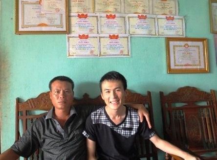 Nguyễn Văn Hinh hạnh phúc bên bố trong niềm vui khi mới biết tin mình đậu thủ khoa Học viện Quân y.