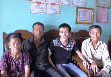 Ông bà nội Hinh cũng rất hạnh phúc khi biết tin cháu mình đậu thủ khoa.